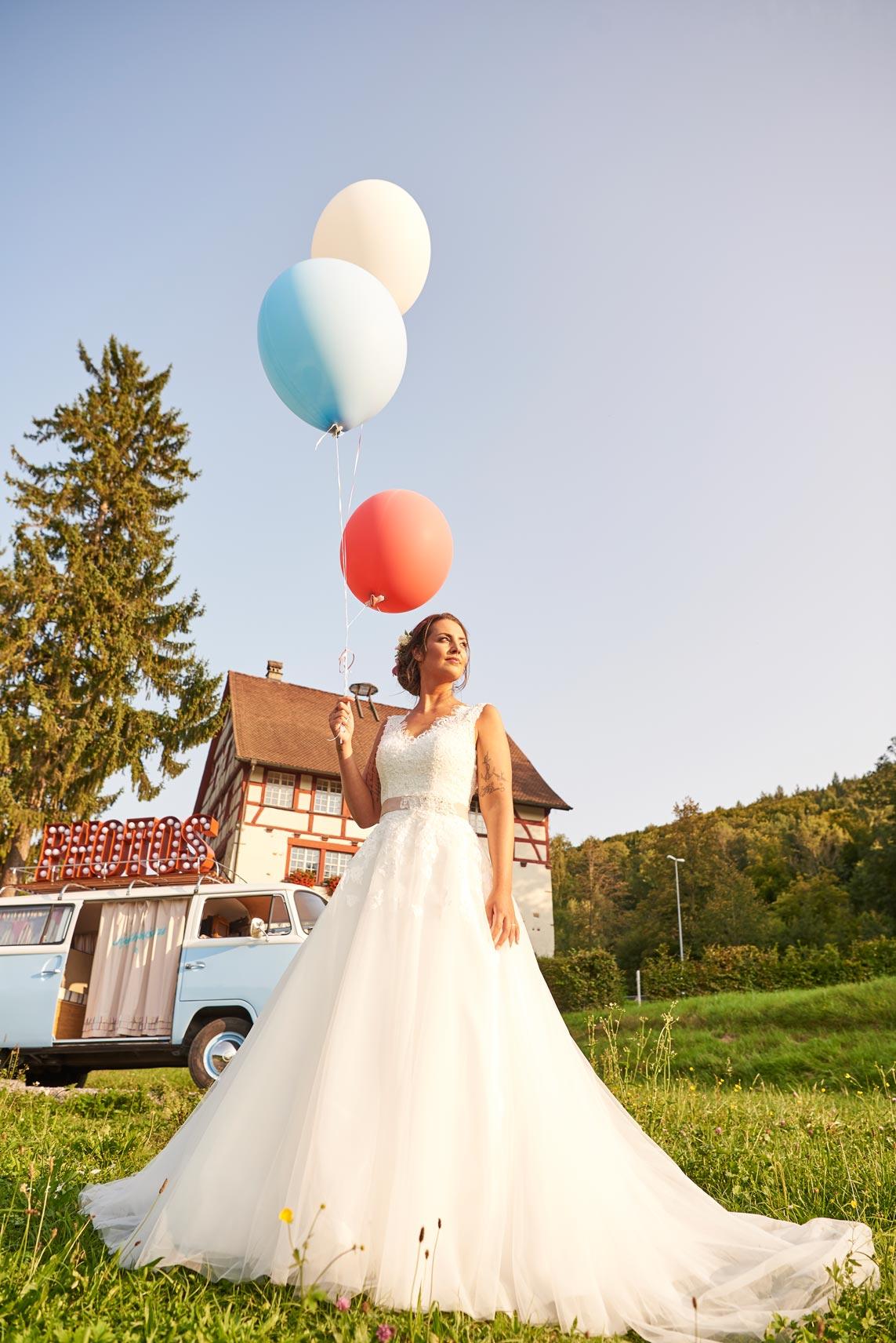 Braut mit Ballon