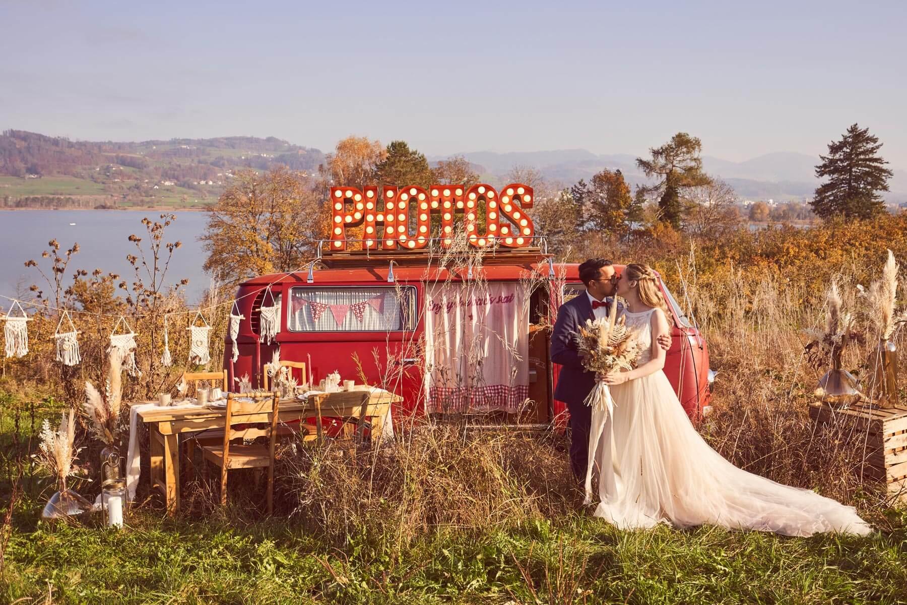 Brautpaar mit Fotobus am Hochzeit Shooting