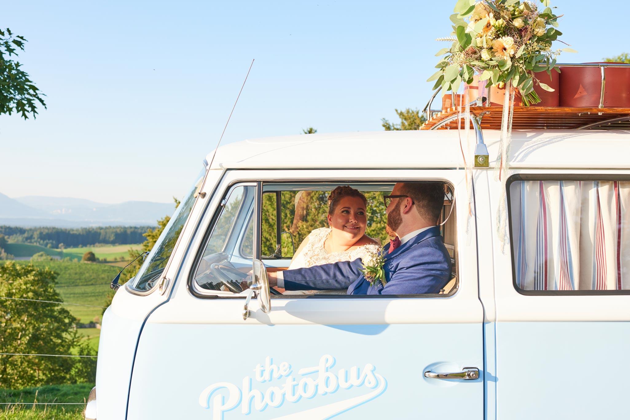 Brautpaar im Retro Fotobus